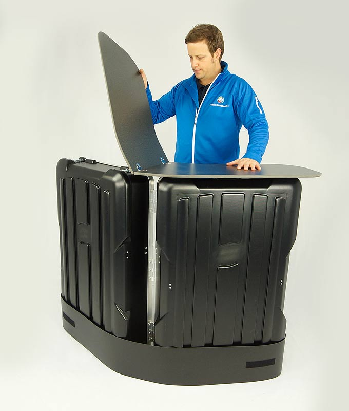 Messedisk V-form i transportkasse er et komplett og portabelt messebord med 2 i 1 funksjon, som leveres komplett med bordplate og trykk, klart til bruk.