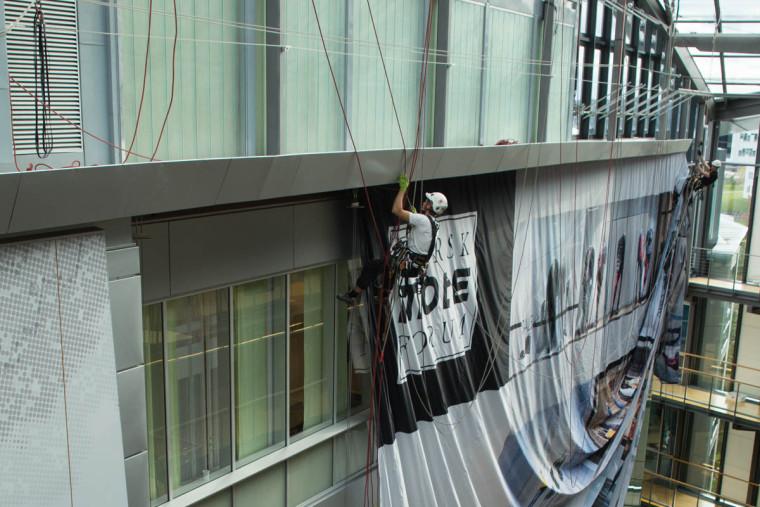Montering av banner i storformat uten bruk av lift.
