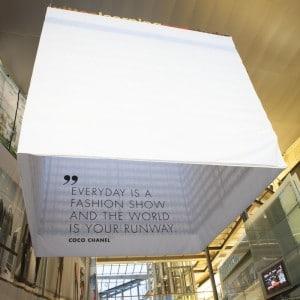 Montering av banner storformat reklame markedsmateriell