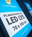 Plakatramme med LED lys 70×100 cm for utendørs bruk.