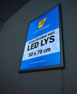 Plakatramme med LED lys 50x70 cm for innendørs bruk.