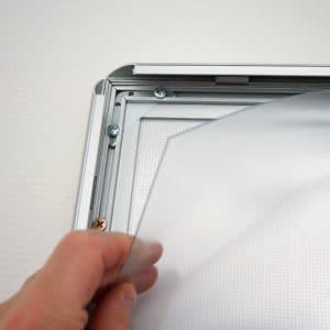 Plakatramme med LED lys 50×70 cm for innendørs bruk.